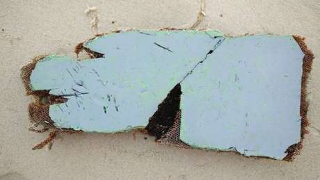 Fragmentos do que podem ser uma estrutura do assento, um gancho para casaco e outros painéis encontrados na ilha de Nosy Boraha , no nordeste de Madagascar.