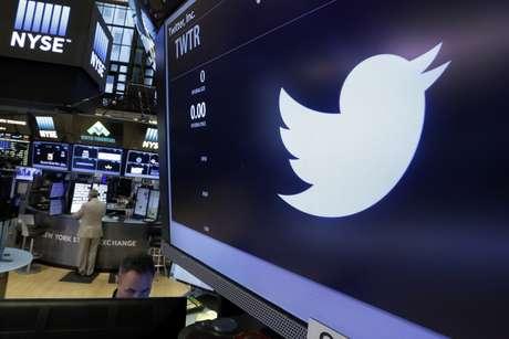 El logotipo de Twitter aparece en el puesto donde se cotizan sus acciones en la Bolsa de Valores de Nueva York, el viernes 17 de junio de 2016. La red social ahora permite que sus usuarios publiquen videos de hasta 140 segundos de duración, un incremento respecto a los 30 segundos que se permitían previamente.