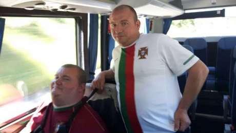 David com seu pai, Amilcar: sete horas de estrada para ver Portugal na Euro (Foto: Carlos Alberto Vieira)