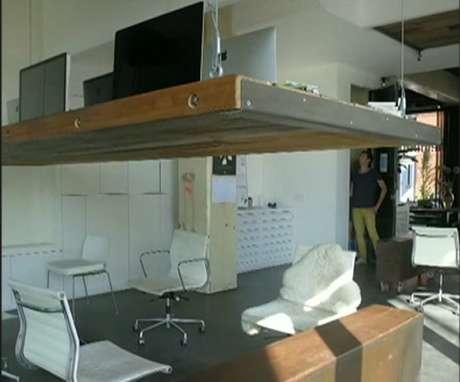 Todos os dias, às 18h, mesas do studio de design Heldergroen são elevadas automaticamente até o teto por meio de cabos de aço.