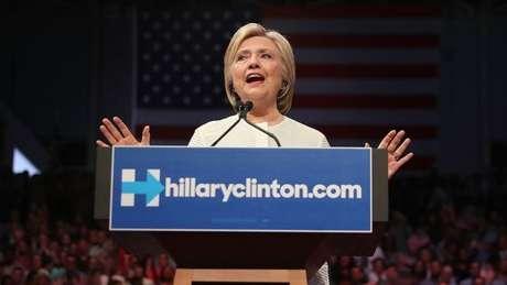 O FBI está investigando a acusação de que Hillary Clinton recebeu centenas de documentos secretos em sua caixa de e-mails pessoais