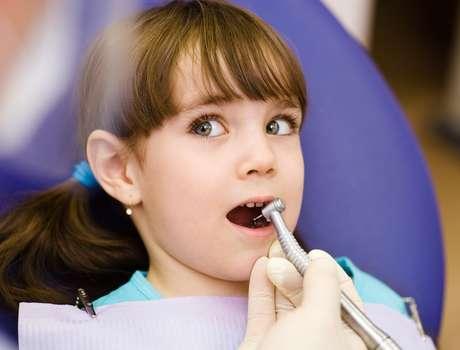 É obrigação dos pais se conscientizar de que a associação de dentista e dor é coisa do passado e evitar que seus medos sejam perpetuados para os pequenos