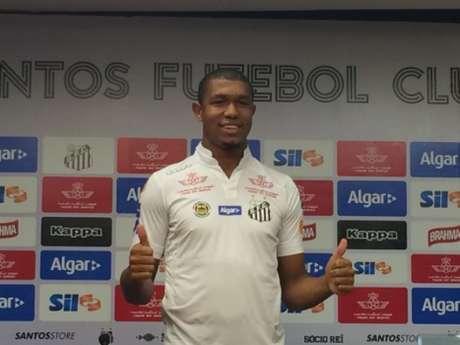 Rodrigão em sua apresentação no Santos