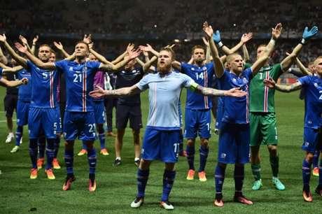 No fim da vitória por 2 a 1 sobre a Inglaterra, pelas oitavas de final da Eurocopa, Gunnarsson (com a camisa pelo avesso) puxa a celebração que envolve jogadores e torcedores (foto:PAUL ELLIS / AFP)