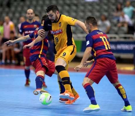 Jogadores do Magnus Futsal e do Barcelona disputam jogada (Foto   Facebook Magnus Futsal 46ba3e9f393f1