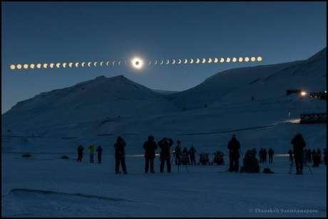 Thanakrit Santikunaporn, da Tailândia, foi finalista do prêmio com essa sequência das fases de um eclipse solar, visto de Svalbard, na Noruega.