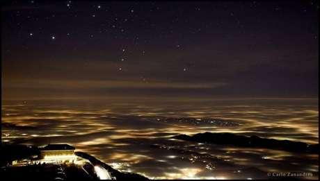 """Em segundo lugar na categoria Luz ficou Carlo Zanandrea, com a foto """"Nem Tudo o que Reluz é Ouro"""", que mostra a constelação de Órion sobre a névoa cobrindo a província de Treviso, no nordeste da Itália."""
