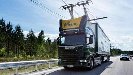 Caminhões contam com sistema articulado conhecido como pantógrafo que permite que se conectem à rede elétrica