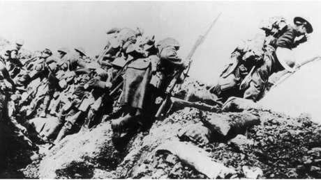 Soldados britânicos deixam a trincheira durante a Batalha do Somme