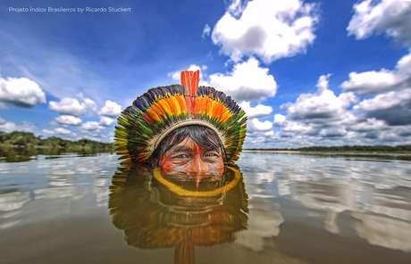 Índio Kaiapó no rio Xingu