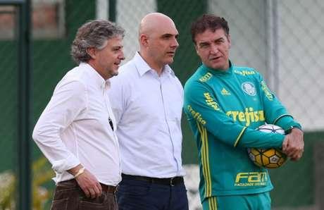 Presidente assume os riscos da contratação do zagueiro colombiano e só vai recuperar o dinheiro em caso de venda pelo mesmo valor. Lucro é do Palmeiras