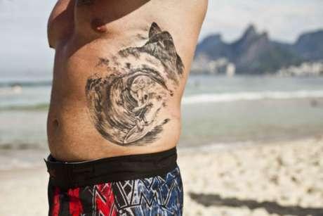 O surfista colocou o seu esporte de paixão na pele