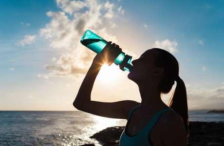 Água é fundamental para a saúde da pele e do cabelo