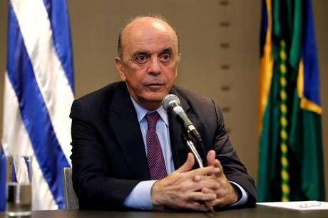 José Serra fala durante coletiva de imprensa em Montevidéu