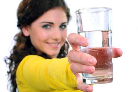 Produzimos diariamente entre 1L e 1,5L de saliva que é deglutida e, como a maior parte de sua composição é água, tem papel na re-hidratação do organismo, como se estivéssemos consumindo goles de água