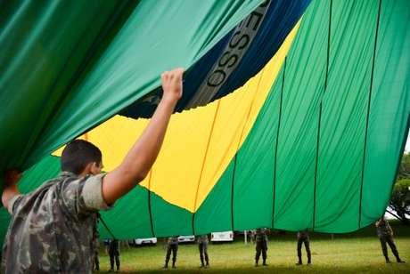 O Brasil adotou oficialmente a atual Bandeira Nacional em 19 de novembro de 1889, substituindo a Bandeira do Império do Brasil. O verde representava a Casa de Bragança de Pedro I, o primeiro imperador do Brasil, enquanto o ouro representava a Casa de Habsburgo
