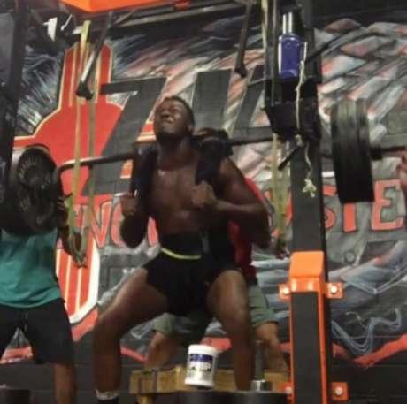 Jon Jones faz força para levantar 193kg em treino de agachamento (FOTO: Reprodução)