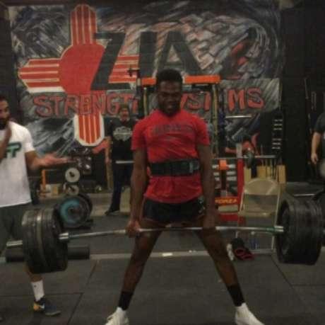 Jon Jones levanta 272kg em treinamento (FOTO: Reprodução)