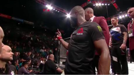 Jon Jones mostra dedo do meio para Cormier após UFC 197 (FOTO: Reprodução)