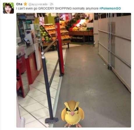 Mulher mostra pokémon encontrado em supermercado