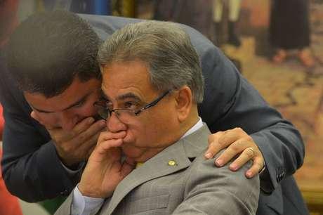O deputado Marcos Rogério (E) e o relator Ronaldo Fonseca durante reunião da CCJ da Câmara