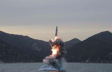 Imagem sem data definida de um teste de míssil divulgada pela Coreia do Norte
