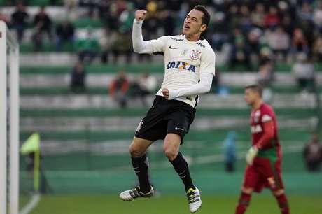 Rodriguinho fez boa jogada individual aos 15 minutos do segundo tempo e abriu o placar para o Corinthians
