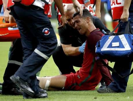 Cristiano Ronaldo sofreu uma pancada ainda no primeiro tempo e teve de deixar o campo com dores no joelho