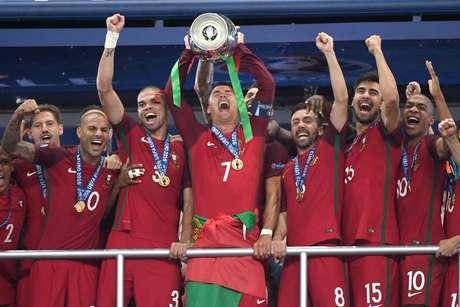 Cristiano Ronaldo levanta a taça da Eurocopa