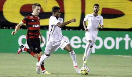Tricolor apresenta dificuldades ofensivas, mas o goleiro tem jornada inspirada