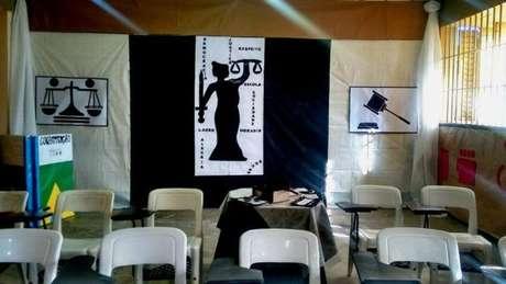 A professora Ane Sarinara montou um tribunal na sala de aula para que os alunos estudassem e representassem os dois lados: polícia e tráfico