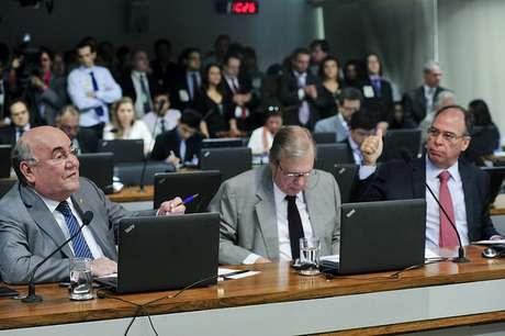 Senadores Flexa Ribeiro (PSDB-PA), Tasso Jereissati (PSDB-CE) e Fernando Bezerra Coelho (PSB-PE) em sessão da Comissão de Assuntos Econômicos.