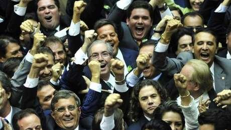 Cunha comemora com colegas de centrão ao ser eleito presidente da Câmara