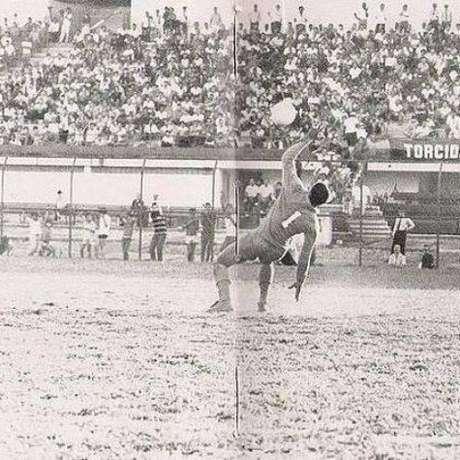 Momento em que o goleiro do Madureira era encoberto pela bola chutada por Ubirajara(Foto: Reprodução/Facebook)