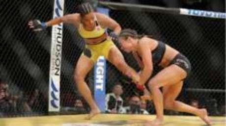A brasileira Amanda Nunes (à esquerda) venceu a americana Miesha Tate e se tornou a primeira mulher do país a conquistar um cinturão