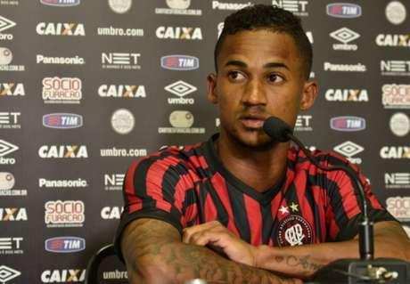 Corinthians 'perde' disputa e lateral acerta com time da Série B