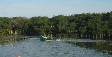 Policiais impedem a navegação de embarcações próximas ao Parque Olímpico
