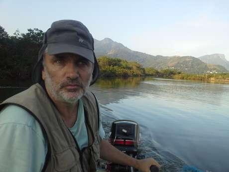 """""""Vou sugerir que se faça uma Operação Lava Latrina, mostrando os crimes ambientais cometidos diariamente ali e em outras regiões do Rio"""", diz o biólogo Mario Moscatelli."""