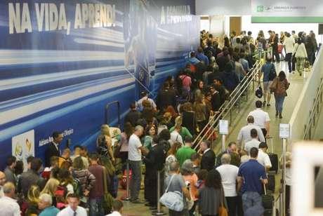 Brasília - Passageiros enfrentaram filas ontem para a inspeção de bagagens nos aeroportos do país