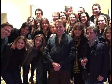 Silvio Santos posa cercado pela família durante jantar em sua casa