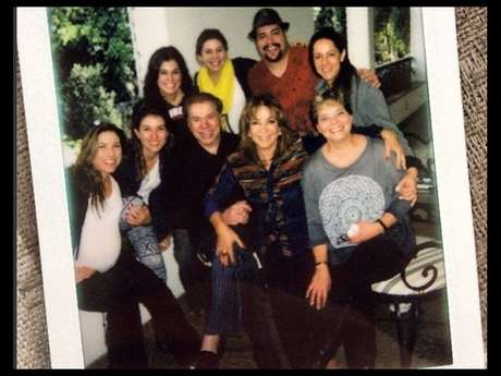 Silvio Santos posa com o neto Tiago Abravanel e as sete filhas