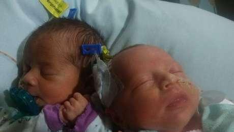 As irmãs gêmeas Darla (esq.) e Dalanie nasceram em 17 de junho