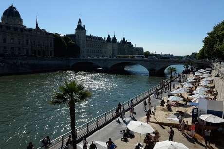 Visão geral da 'Paris Plage', praia artificial criada na margem direita do rio Sena. Registro feito em agosto de 2013 em Paris.