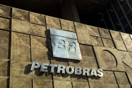 Apesar de todo o desgaste na imagem da Petrobras, epicentro da Operação Lava Jato, os brasileiros apoiam sua permanência nas mãos do governo: 63,3% são contra sua privatização; 31,1%, a favor; e 5,6% não souberam ou não opinaram.