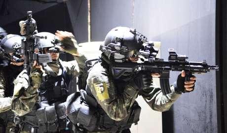 Exercício anti-terrorismo de forças especiais brasileiras.