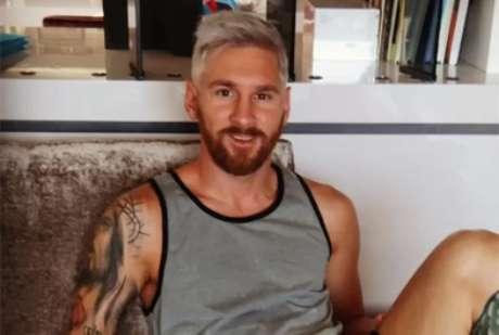 Messi surge de cabelo platinado em clique feito pela mulher