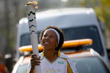 Ex-jogadora de basquete Janeth Arcain carrega a tocha (Foto: Rio 2016/Marcos de Paula)