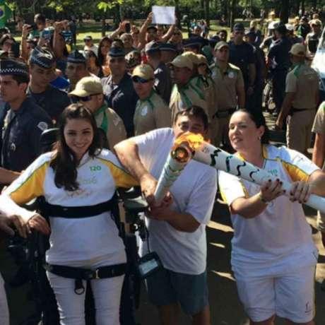 Tetraplégica, Lais Souza conduz tocha de pé e emociona público em SP (Foto: Reprodução/Twitter)