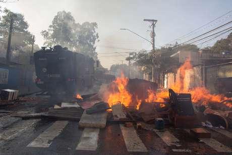 Moradores realizam um protesto contra um pedido de reintegração de posse na Cidade Educandário, na região da Raposo Tavares, em São Paulo (SP), nesta segunda-feira (25). São 350 famílias que ocupam um terreno da Prefeitura de São Paulo.
