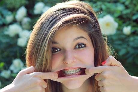 O estresse típico da adolescência e as alterações hormonais da idade colaboram ainda mais para a diminuição da salivação, exigindo cuidados mais severos nesse período